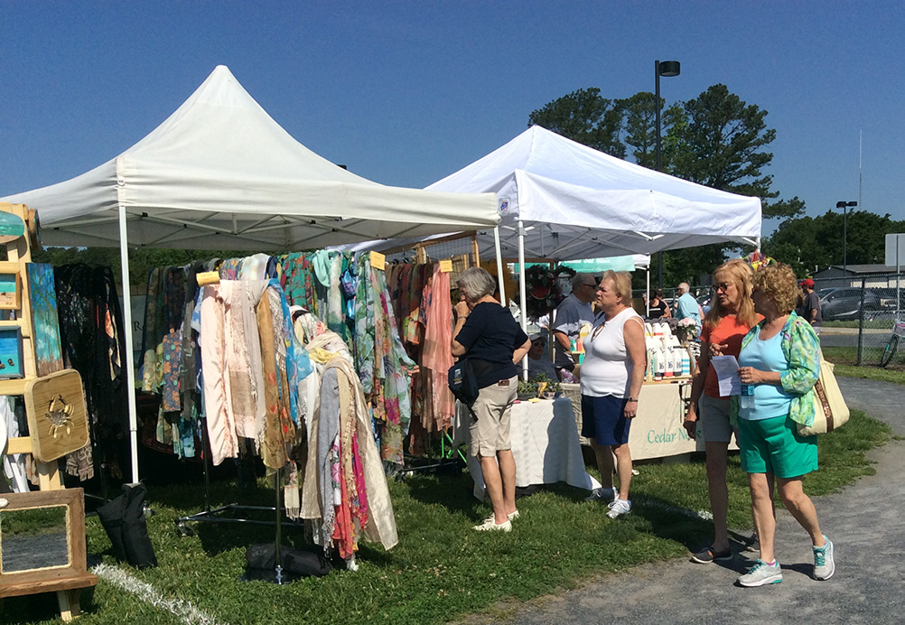 The 2018 Artisans Fair expanded to include outside artisan exhibitors. Sixty-five vendors, indoors and outdoors, including Farmers Market participants, gave attendees many shopping choices.